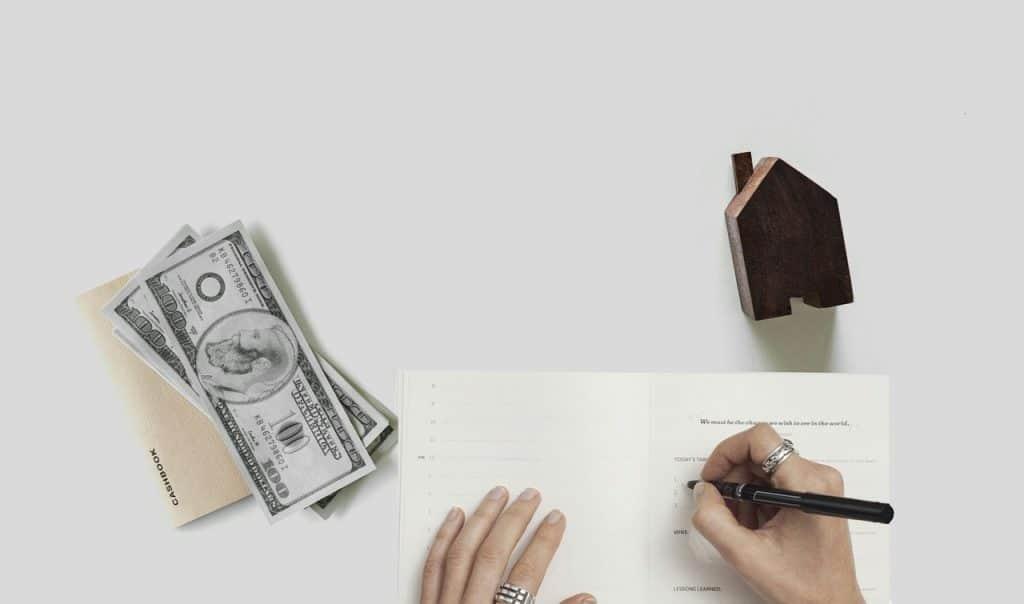 כותבים מכתב וכסף בצד