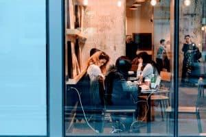 משפחה יושבים במסעדה